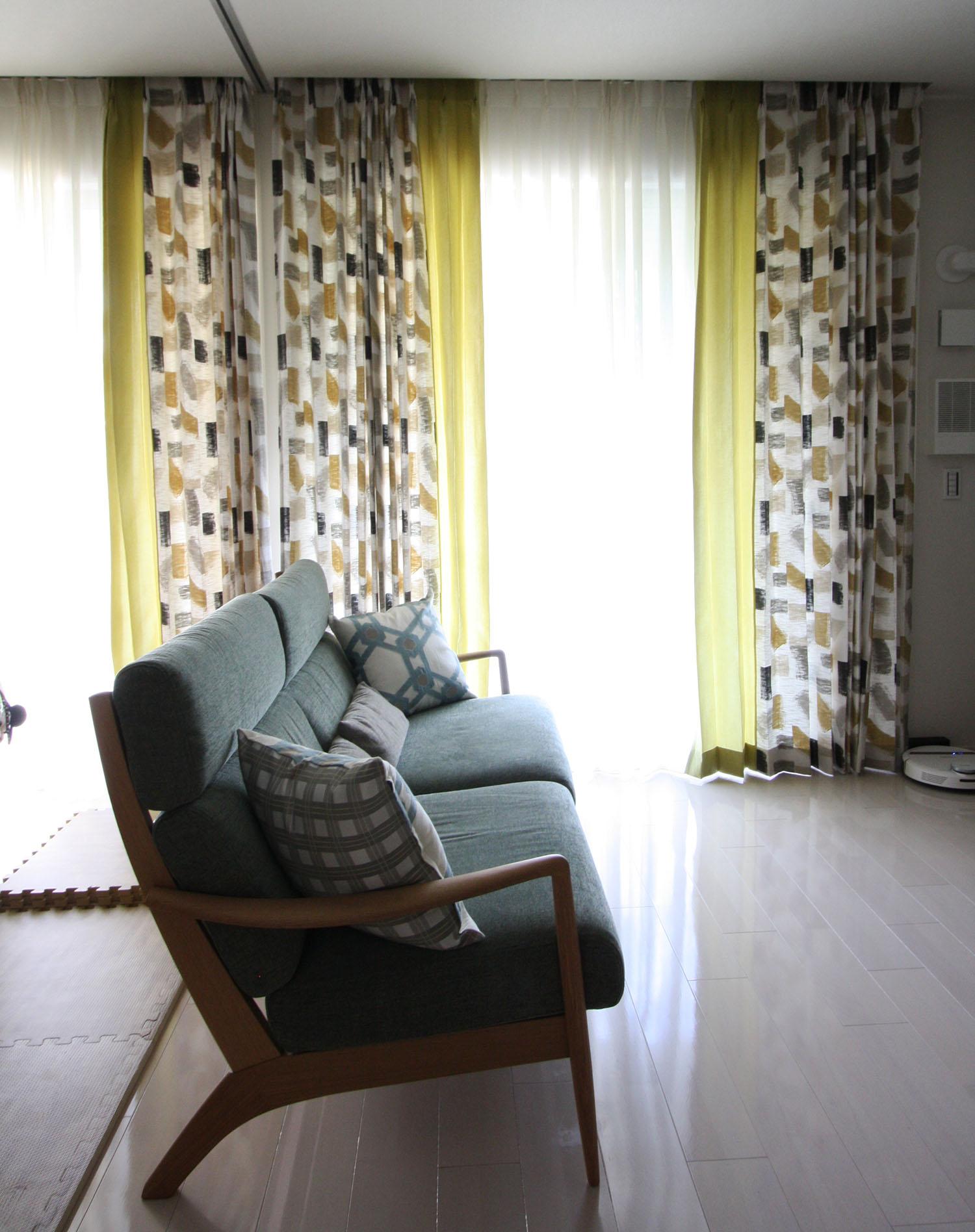 Villa Novaのカーテンとテシードの輸入壁紙とエコカラットタイルと黒板
