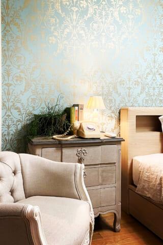 ゴールドが華やか!エレガントなミントグリーンの寝室